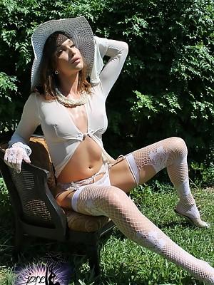 Hot Jonelle poses as lady Antebellum